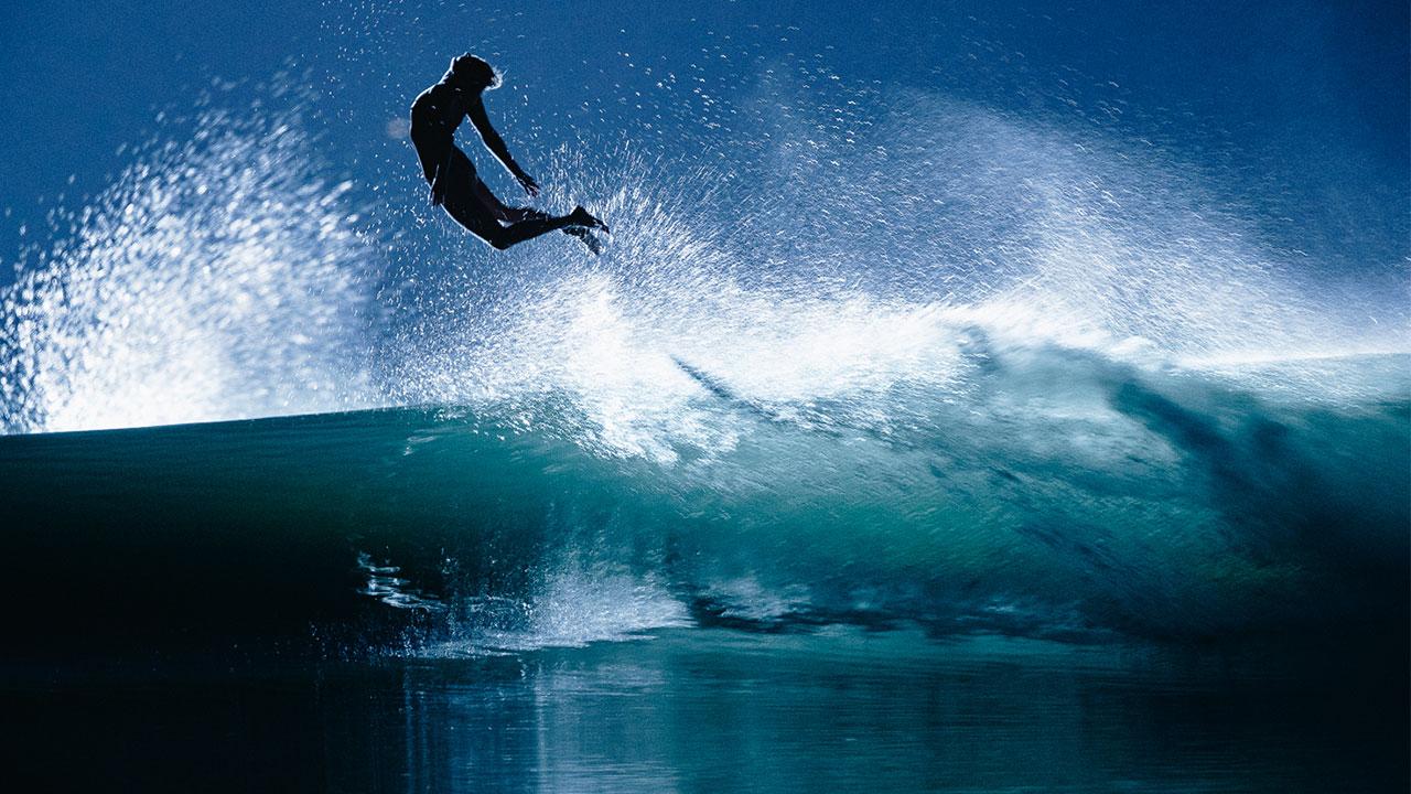 שלוש גולשות מדהימות בסשן לילי ואומנותי בבריכת הגלים בקליפורניה